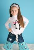Muchacha linda del niño que modela un equipo del pingüino del invierno Imagen de archivo libre de regalías