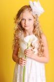 Muchacha linda del niño que sostiene la flor Fotografía de archivo libre de regalías