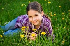 Muchacha linda en campo con los dientes de león Fotos de archivo libres de regalías