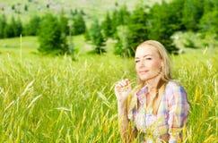 Muchacha linda en campo de trigo Imagen de archivo