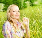 Muchacha linda en campo de trigo Foto de archivo