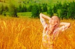 Muchacha linda en campo de trigo Foto de archivo libre de regalías