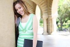 Muchacha linda en campus de la universidad Foto de archivo libre de regalías