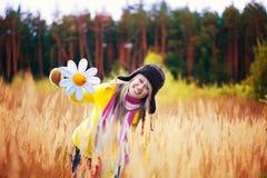 Muchacha linda en casquillo con las solapas y la flor del oído fotografía de archivo libre de regalías
