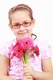 Muchacha linda en color de rosa con las flores