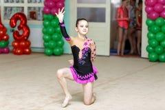Muchacha linda en competencias de la gimnasia del arte Fotografía de archivo libre de regalías