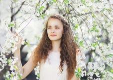 Muchacha linda en el florecimiento blanco de la primavera Imágenes de archivo libres de regalías