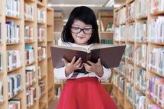 Muchacha linda en el pasillo de la biblioteca Fotografía de archivo