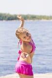 Muchacha linda en el riverbank en traje de baño rosado fotos de archivo