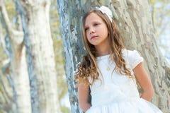 Muchacha linda en el vestido blanco con mirada perdida. Fotos de archivo libres de regalías