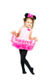 Muchacha linda en el vestido rosado que presenta en el fondo blanco Fotografía de archivo