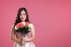 Muchacha linda en fondo rosado de la tarjeta del día de San Valentín Fotos de archivo libres de regalías