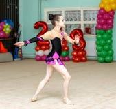 Muchacha linda en funcionamiento de la gimnasia del arte Imagenes de archivo