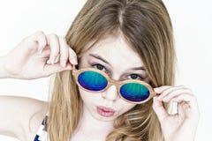 Muchacha linda en gafas de sol verdes en blanco Imágenes de archivo libres de regalías