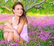 Muchacha linda en jardín floral Foto de archivo