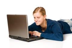 Muchacha linda en la computadora portátil Imágenes de archivo libres de regalías