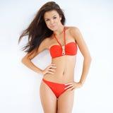 Muchacha linda en la presentación roja del bikini aislada Imagenes de archivo