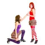 Muchacha linda en las rodillas beging su novia Imagen de archivo
