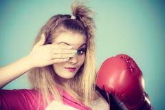 Muchacha linda en los guantes rojos que juegan el encajonamiento de los deportes Foto de archivo
