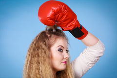 Muchacha linda en los guantes rojos que juegan el encajonamiento de los deportes Imagen de archivo