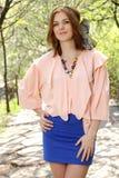 Muchacha linda en tapa rosada y alineada azul Imagen de archivo