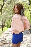 Muchacha linda en tapa rosada y alineada azul Fotos de archivo