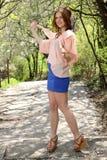 Muchacha linda en tapa rosada y alineada azul Fotografía de archivo libre de regalías