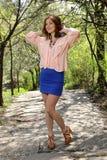 Muchacha linda en tapa rosada y alineada azul Foto de archivo libre de regalías