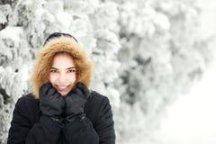 Muchacha linda en un día de invierno frío Imagen de archivo libre de regalías