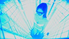 Muchacha linda en un traje de baño en una cabina especial con las lámparas ULTRAVIOLETA para el tratamiento del psoriasis almacen de metraje de vídeo