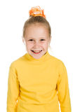 Muchacha linda en una risa amarilla Imagen de archivo