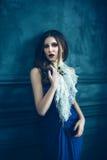 Muchacha linda en vestido azul lujoso imagenes de archivo