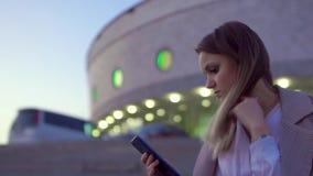 Muchacha linda, esperando una reunión tarde en la noche, congelado y preocupante almacen de metraje de vídeo
