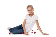 Muchacha linda feliz del adolescente con las bolas rojas o Fotografía de archivo