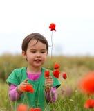 Muchacha linda feliz del niño en campo de las amapolas Niños felices Imagenes de archivo