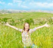 Muchacha linda feliz en campo de trigo Imagen de archivo