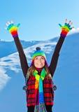 Muchacha linda feliz que juega en la nieve, invierno de la Navidad Imágenes de archivo libres de regalías
