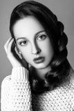 Muchacha linda hermosa de la moda adolescente en un suéter y una falda con el pelo largo que presenta en estudio Foto blanco y ne Imágenes de archivo libres de regalías