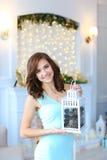 Muchacha linda hermosa joven que sonríe, colocando y sosteniendo la linterna Imagen de archivo libre de regalías