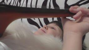 Muchacha linda hermosa que juega acostarse en la guitarra almacen de metraje de vídeo