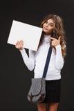 Muchacha linda joven con el tablero blanco en blanco Fotografía de archivo