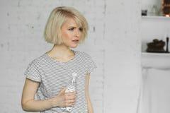 Muchacha linda joven con la botella de agua Imagen de archivo