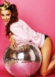 Muchacha linda joven del disco en fondo rosado con la bola de discoteca y la CRO (coordinadora) Fotos de archivo libres de regalías