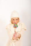 Muchacha linda joven del invierno con el caramelo del lollipop Fotografía de archivo libre de regalías