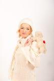 Muchacha linda joven del invierno en sombrero del knit con el juguete Fotos de archivo