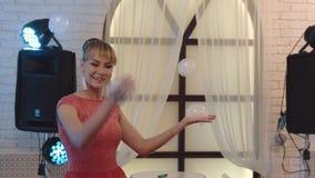 Muchacha linda joven que juega con las burbujas de jabón, compartiéndolas, haciendo la demostración, primer metrajes