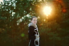 Muchacha linda joven que presenta en el bosque Imágenes de archivo libres de regalías