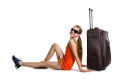 Muchacha linda lista para las vacaciones de verano Muchacha alegre con el bolso del equipaje alrededor a viajar Imagenes de archivo