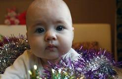 Muchacha linda muy pequeña que miente en cama con a Fotos de archivo libres de regalías