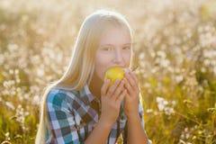 Muchacha linda o pera sana y jugosa comida adolescente al aire libre Imágenes de archivo libres de regalías
